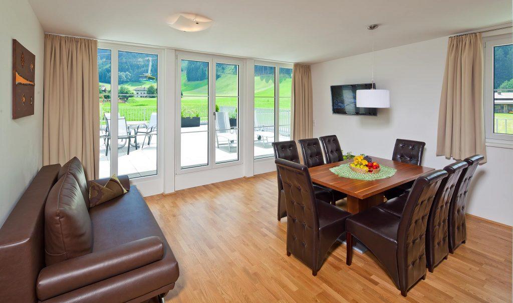 Wohnzimmer mit Couch und Tisch