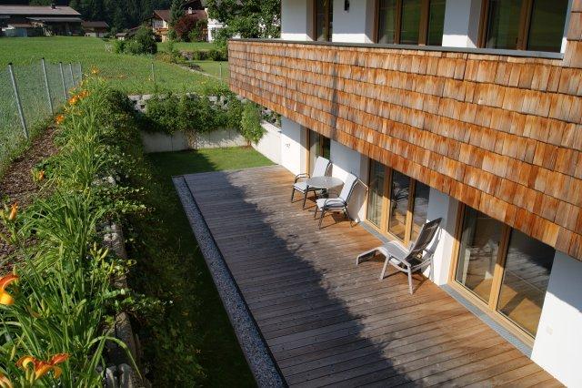 Blick auf Terrasse und Balkone